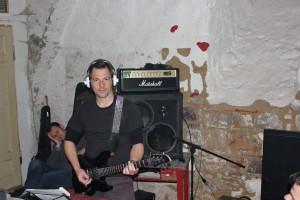 Martino quält sich für die 2. Gitarre, Muffi pennt vor der Box